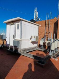 Caseta de equipos, vigas, antenas y mochilas de radio de intemperie.